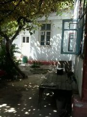 Продаётся дом в центре города с садом и виноградником.